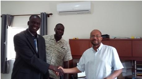 Lors de la signature de la convention de partenariat entre la mutuelle Djikké et l'entreprise CDS Eau & Energie, le 9 juin 2015. De gauche à droite : Abou Malick Diaw, directeur de Djikké, Mamoudou Gacko, responsable de la distribution CDS et Sidi Khalifou, directeur de CDS.